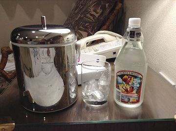 酒は、ホテルの部屋で飲むのが一番です