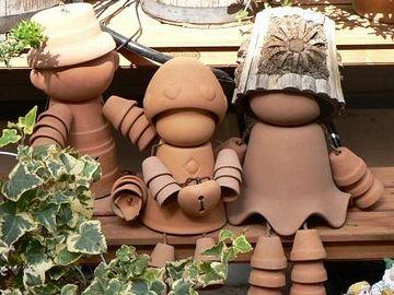"""植木鉢を組み合わせて作った人形。""""ポットマン""""と云います(石を投げないでください)。"""