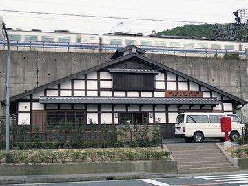『近江塩津駅』。不思議な駅です。駅舎の上に線路が通ってるのでしょうか?