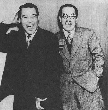 2人が並んで立って掛け合いをする『しゃべくり漫才』は、この人たちが発明した形式です