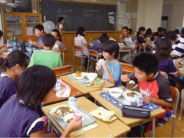 机をくっつけて食べました。でも、教室がしばらく臭くて、ちょっと嫌でしたね。