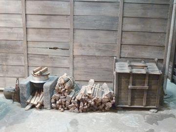 ゴミ箱と、野外の竈