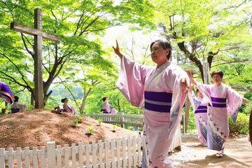 『ナニャドヤラ』を踊りながら、墓の周りを回ったりしてます