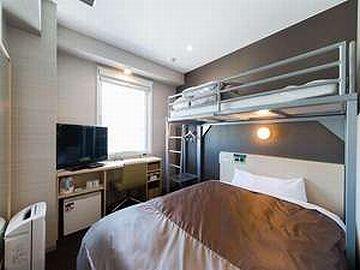 狭い部屋にセミダブルベッドが入ってるので、床がほとんど見えません
