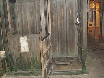 『深川江戸資料館』。扉が下半分しかありません。完全に顔出しです。