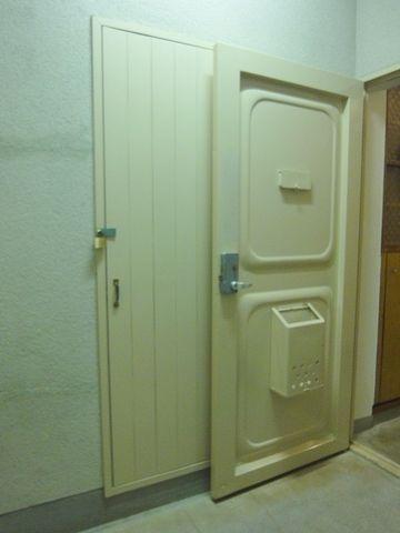 玄関ドアが開いてるところ