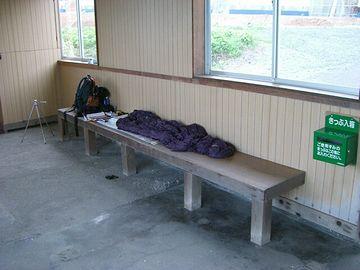 『きまぐれ宿日記49』さんでは、このベンチで寝ておられます