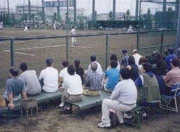 習場の意味合いが強く、観客席はほとんど無いようです