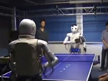 卓球をする宇宙人。……ではなく、卓球のラリーをするヒト型ロボットだそうです。