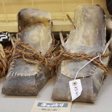 これは、鮭皮のブーツ。ヒレがそのまま付いてる!