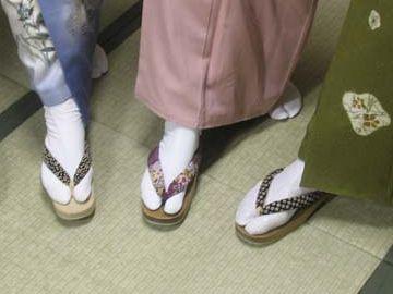 男性と並んで歩くときの足元の鼻緒