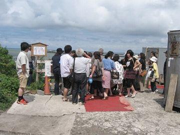 わさおの小屋前に群がる人々
