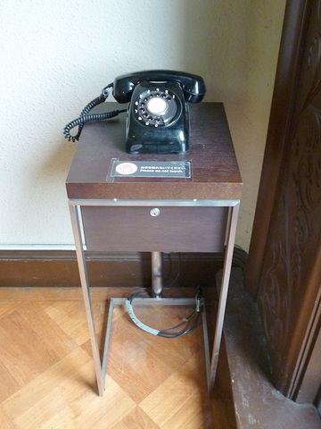 廊下の隅の黒電話