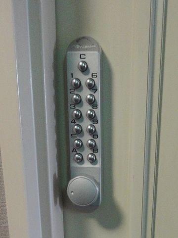 扉の外のテンキーロック