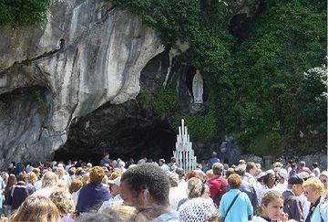 泉のあるルルドを目指し、ヨーロッパ中から人が集まるようになった