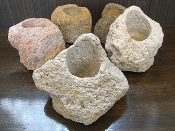 新島には、抗火石(こうかせき)という珍しい石が産出するんです