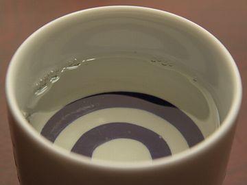 白い部分で、酒の色を見る