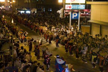 西馬音内盆踊り:すごい混雑