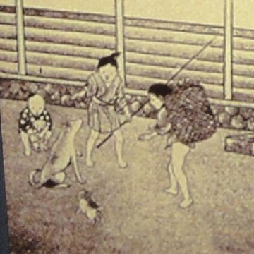 左の方に、籠を背負った子供がいます