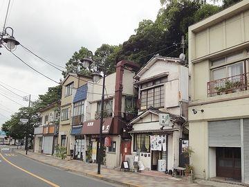 商店街の背後は鬱蒼と樹木