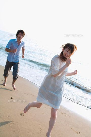 女性が笑いながら逃げてて、男性も笑いながら追いかけてる
