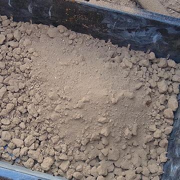 これが微塵。用土が崩れて、粉状になったものです。