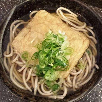"""『福井駅』の""""きつねそば""""。350円。やっぱり、関西圏だけあって、出汁の色が薄いです。"""