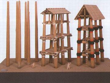 もちろん、屋根があったという説もあります。一番左は、柱だけだったという説。