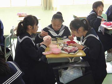 女子同士で食べながら、あの男の子たちが机をくっ付けると、くすくす笑ってた