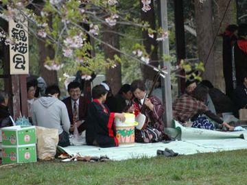 参加者は、みんな当時の格好をして、重箱に入った料理を持参するというのが条件なんです