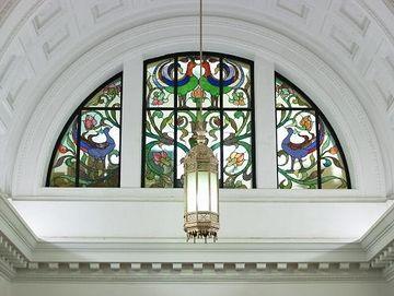 ステンドガラスに施された絵柄は、鳳凰