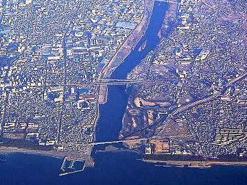 真ん中辺で2本並んでるどっちか(両方?)が『馬入川橋梁』