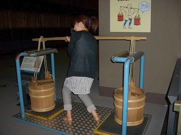『江戸東京博物館』で担げます。もちろん、本物は入ってませんが。