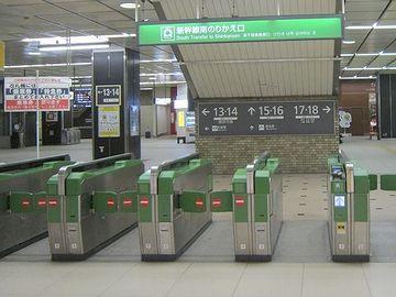 自動改札機の向こうが新幹線乗り場