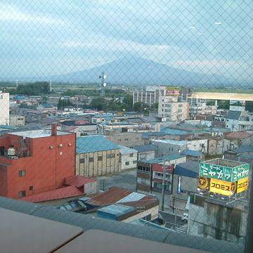 こちらは岩木山。前方の町並みはイマイチですが。