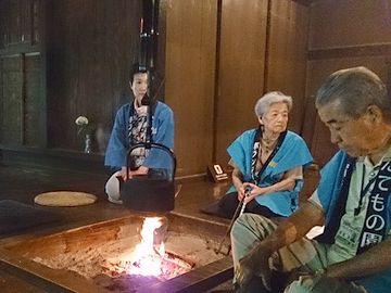 囲炉裏のある建物では、火を焚いている可能性さえあります