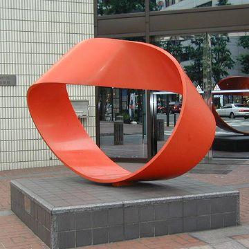 グルグル回ると言えば、メビウスの帯(横浜市『関内ホール』)。こんなものを税金で作っちゃいけません。