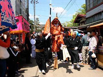 新潟県三条市の『三条祭り』で、大名行列を先導する天狗さま