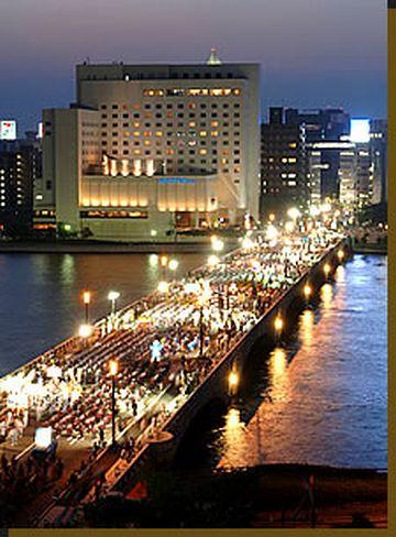 新潟まつり・萬代橋を渡る踊りの列