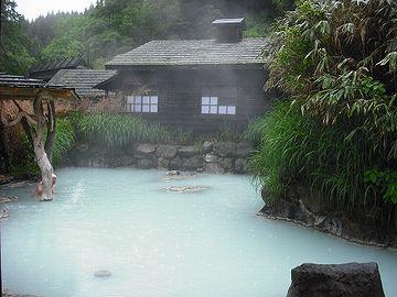 秋田県には、白湯の混浴温泉もある