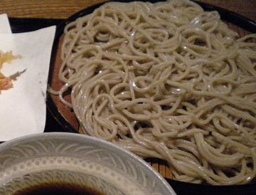 こないだ食べたお蕎麦は、黒っぽかった