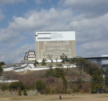 国宝『姫路城』は、現在修理中。あの天守閣が見られるのは、平成27年3月になります。