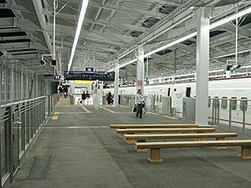 『鹿児島中央駅』のベンチで、ウトウトするしかありませんね