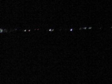窓の外は真っ暗な海