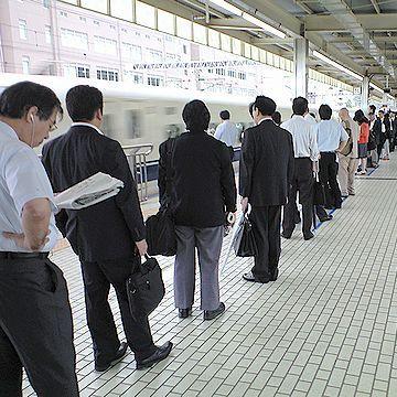 """こちらは、小田原駅。この時点で、""""立ち""""の人も出るようです。"""