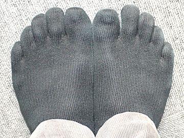 5本指靴下を履いた足