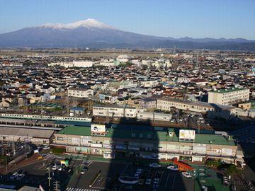 酒田東急インから見下ろす『酒田駅』。遠くに見えるのは鳥海山。