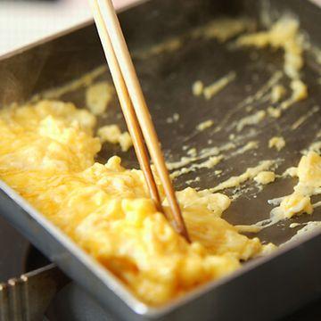 Aセットのメインディッシュは、焼き魚に卵焼きです
