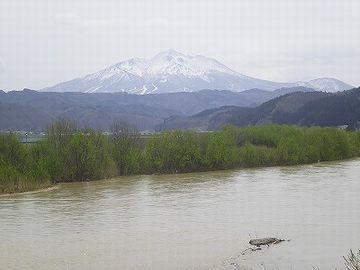 谷の奥に、綺麗な形の山が見えるでしょ