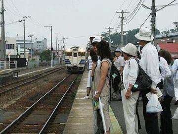 """鰺ケ沢駅(2010年8月1日)。""""わさお""""という焼きイカ店のブサ犬が人気で、見学ツアーまであるそうです。"""